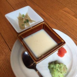 冷製茶碗蒸し、変わりポテサラ(緑色のもの)、おきゅうとと自家製の浅漬け(小野の離れ)