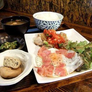 チキンソテー トマトとアボカドのサルサソースとベーコンエッグ(居酒屋 となん)