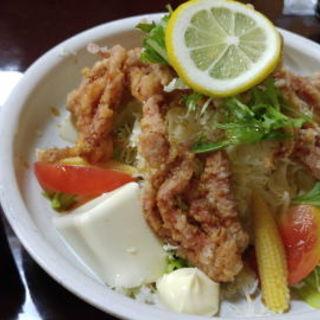 豆腐とイカゲソサラダ(居酒屋せーちゃん )