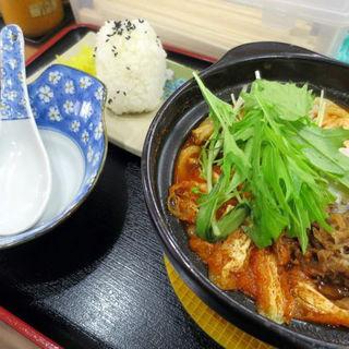 ピリ辛チゲ鍋焼きうどん(おにぎり・お新香付き)(山陽そば 板宿店 )