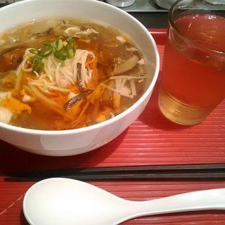 酸辣湯麺(サンラータンメン)(弄堂 生煎饅頭 南森町店 (ロンタン センチェンマントウ))