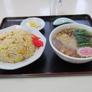 チャーハン・半ラーメン(新富飯店 (シントミハンテン))