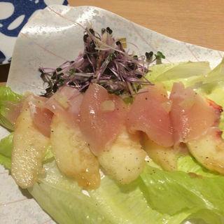 赤鶏の生ハムと桃のカルパッチョ(日本酒と焼鳥 百 福島店)