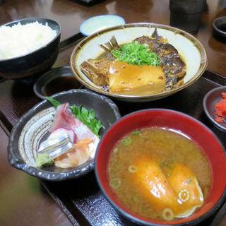 漁師の日替り定食(ごはん大盛り)(鯛アラ煮とお刺身)(楓 (カエデ))