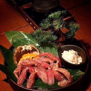 北海道産 活け毛ガニ 刺身と炙り ~雲丹とかに味噌のソース~(橙家 新宿店)