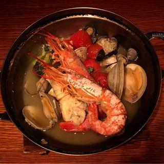 海老・蟹・貝の海鮮とトマトのワイン蒸し(橙家 新宿店)