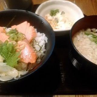 日替りセット(あぶりサーモン丼とミニうどんのセット)(海鮮処 すし 一文字)