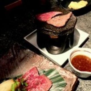 淡路牛のサーロイン溶岩焼き(淡路島と喰らえ 新宿西口店 )
