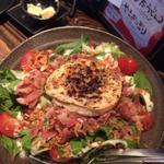焼きカマンベールチーズとカリカリベーコンのサラダ