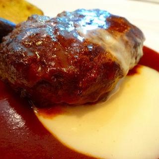 ナポリピッツァオーダーバイキングランチ ハンバーグ チーズとデミグラスの2色のソース(燦 ミント神戸店 (サン))