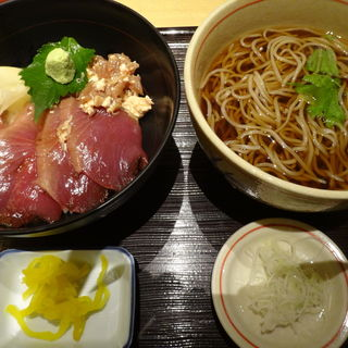 カツオ漬け丼とそばのセット(稲田屋 品川店 (いなたや))