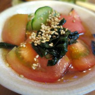 トマトとワカメの酢の物(立呑処 ぎん虎)