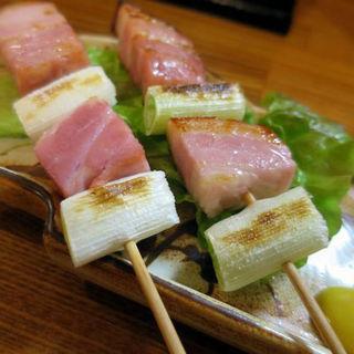白ねぎと厚切りベーコンの串焼き(立呑処 ぎん虎)