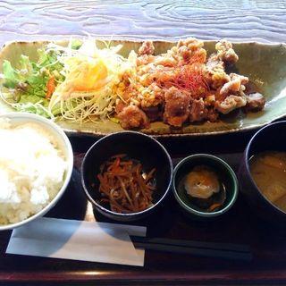 日替わりランチ パリパリ!!油淋鶏(ユーリンチー)定食(芋蔵 桜木町店 (いもぞう))