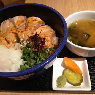 あぶりサーモンと温玉ユッケ丼(豊祝 (ホウシュク))