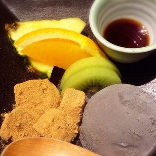 黒ゴマアイス&わらび餅のフルーツ添え(赤坂うまや )