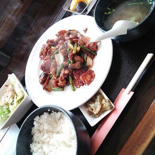 鶏肉とニンニクの芽の豆板醤炒め定食(醤 (JIANG))