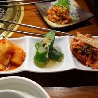 キムチの三種盛(闇市肉酒場)