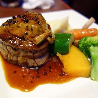 牛フィレ肉とフォアグラのロッシーニ トリュフとマディラ酒のソース(魚の家バル)