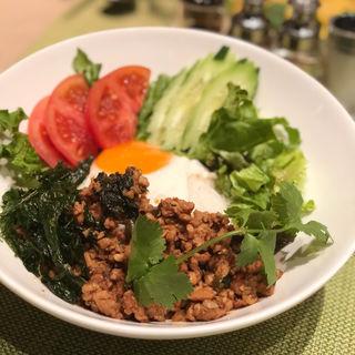 鶏挽肉とタイバジルの辛味炒めのせご飯