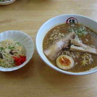 白湯スープの濃コク正油らぁめんと焼き飯(小)セット