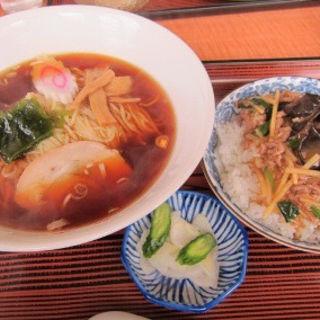 牛肉丼セット(ラーメン、半牛肉丼、お新香)(龍宝 )