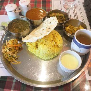 ネパーリダルバートセット(ネパールの定番料理のプレート)(ヒマラヤ )