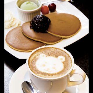 """焼き立て""""三笠""""パンケーキ 特製餡とホイップクリーム 抹茶アイス添え、カフェ・ラテ(文明堂カフェ (BUNMEIDO CAFE))"""