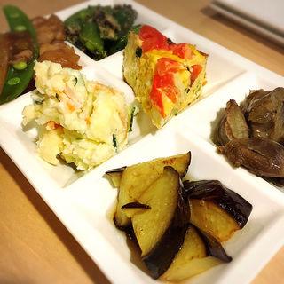 本日の前菜の盛り合わせ(JIYUUGAOKA RICE WINE JAUNTY)