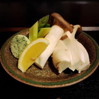 エリンギとアスパラのガーリックバター焼き(すずめの御宿 (すずめのおやど))