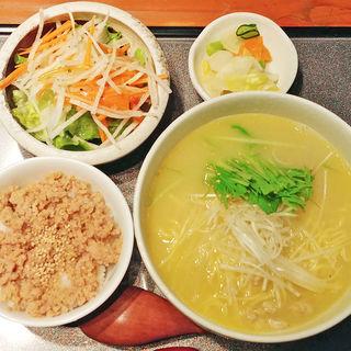 鶏ガラスープのラーメンとそぼろご飯のセット(一歩 (ippo))