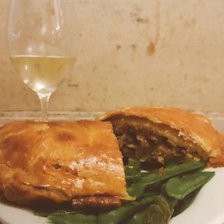 フォアグラとキノコのパイ包焼き(煮こみや なりた)