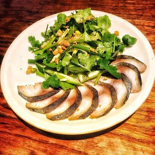 炙り鯖とパクチー青唐辛子のせサラダ(モン アン エスニック)
