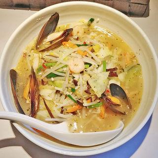 小海老・ムール貝とバジルのだいはち流塩アヒージョ(だいはち (湯麺 大八))