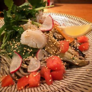 サラダ風海鮮ぶっかけ蕎麦(つけ蕎麦安土 高田馬場本店 (あづち))