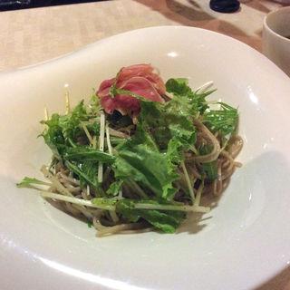 生ハムと生野菜の蕎麦(Soba Ristorante na-ru)