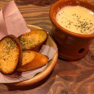 ガーリックトーストのチーズフォンデュ