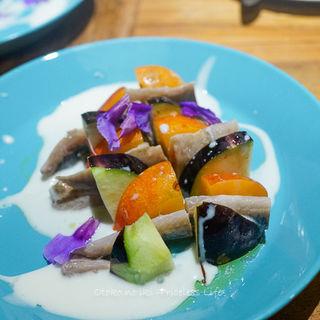 新サンマのマリネ、水ナスとプラム、チーズのクレマ(スペイン料理サルデスカ )