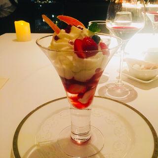 苺のシャーベットとヨーグルトムースのパフェ(ドゥ ミル (deuxmil))