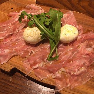 水牛のモッツァレラチーズとパルマ産生ハム(ワイン・チーズ&天然木 Unico (ウニコ))