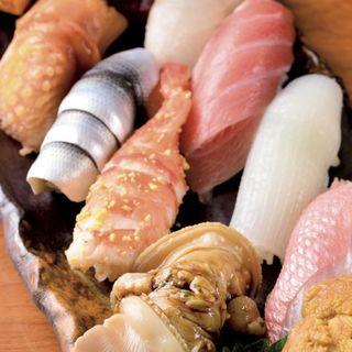 特上寿司 煮ハマグリ、エビ、小肌、赤貝、玉子、ウニ、金目鯛、ダルマイカ、中トロ、ハタ、ミナミマグロ赤身(蛇の目鮨 )