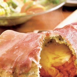 生ハムとトマトの包み焼きピッツァ(サラダ、コーヒー付き)