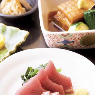 選べる定食【カツオと天然ヒラメ、豚角煮】(ご飯、味噌汁、小鉢、漬物付き)(渋三 吉成 (しぶさん よしなり))