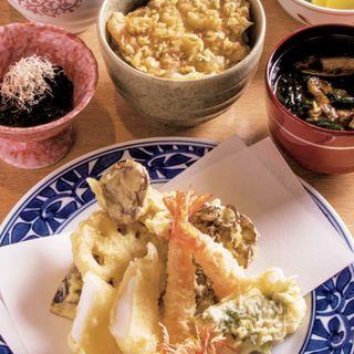 しなの 小鉢、サラダ、巻海老の天麩羅、魚介の天麩羅2種、野菜の天麩羅4種、小天丼(天麩羅と白飯を別々も可)、味噌汁、デザート(しゅん )
