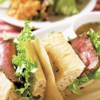 近江牛ローストビーフサンドイッチ(サラダ、スープ付き)(ラ・ブシュリー・近江 (La boucherie Omi))
