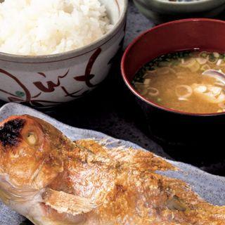 アマダイの塩焼き定食 (ご飯、味噌汁、浅漬け、小鉢2品付き)(魚料理 のじま (さかなりょうりのじま))