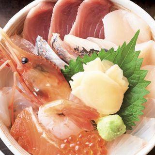 A丼【おまかせ特選海鮮ちらし寿司】(味噌汁、小鉢、漬物付き)(渋三 吉成 (しぶさん よしなり))