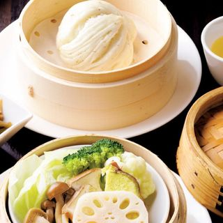 具だくさんスープと蒸し野菜(スペアリブとキノコと棗のスープ)(白碗竹快樓 赤坂店 (白碗竹快楼 バイワンジュウクワイロウ))