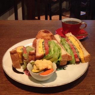 平焼き卵と野菜のサンドウィッチ(ファットファットファット (FAT!FAT!FAT!))