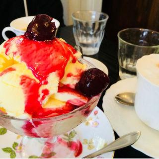バニラアイスクリームw/チェリーソース